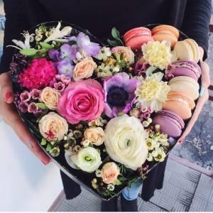Сердце с цветами и макарунами R1083