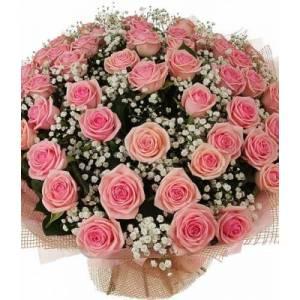Букет из 51 розовой розы с гипсофилой и оформлением R88