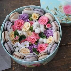 Коробка с цветами и макаронсами R217