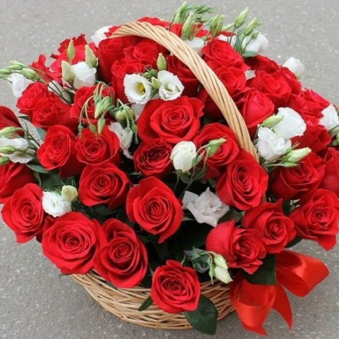 35 красных роз с эустомой в корзине R268