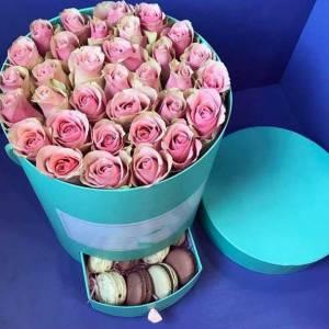Коробка с розовыми розами и макаронсами R480
