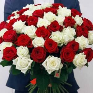 Букет 51 роза красные и белые с лентами R371
