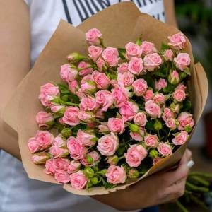 Букет 9 веток кустовой розы с упаковкой R527