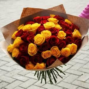 Букет 31 желто-красная роза в крафте R677